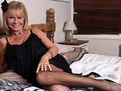 Classy Mature Lady Getting All Nasty - MatureNL