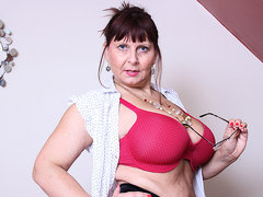 Big Breasted British Mature Lady Getting Very Dirty - MatureNL