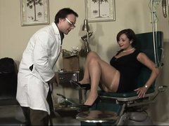 Mature lady Vannah is at her doc for a pussy exam. She takes a sit on the gynecologist table, spread